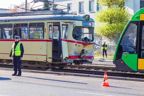 Uszkodzone tramwaje na miejscu wypadku na ul. Hetmańskiej w Poznaniu