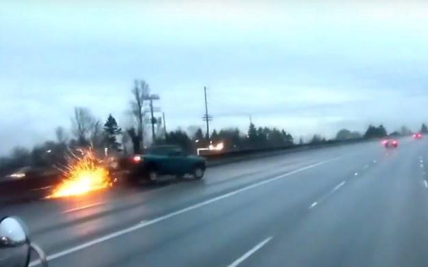 Zderzenie z barierą nie zakończyło kłopotów kierowcy pick-upa /