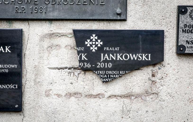 Zdewastowana tablica poświęcona ks. prałatowi Henrykowi Jankowskiemu /Karolina Misztal /Reporter