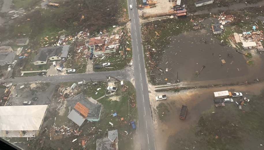 Zdewastowane domy na Bahamach /COAST GUARD AIR STATION CLEARWATER  /PAP/EPA