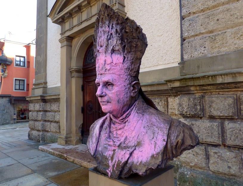 Zdewastowane popiersie Benedykta XVI /TRAUNSTEIN POLICE /PAP/EPA