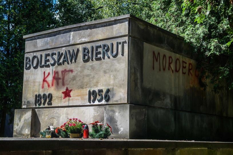 Zdewastowany grób Bolesława Bieruta na warszawskich Powązkach Wojskowych /Jakub Kamiński   /PAP