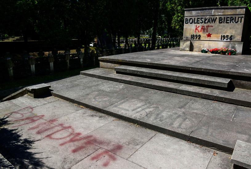 Zdewastowany grób Bolesława Bieruta /PAP