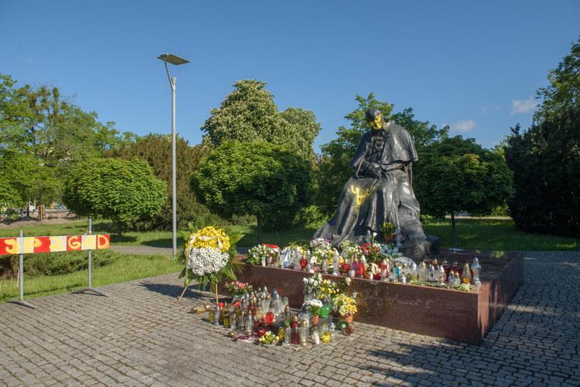 Zdewastowany pomnik Jana Pawła II /Łukasz Piecyk /Reporter