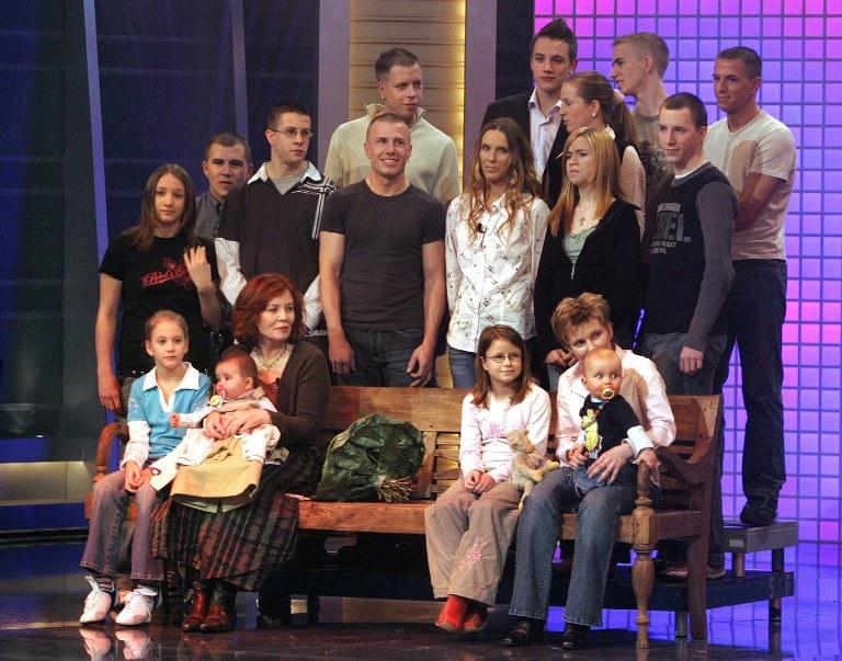 Zdj. archiwalne z 2005 r., 55-letnia wówczas Annegret Raunigk (dolny rząd, druga z lewej) pozuje ze swoimi dziećmi i wnukami /JOERG CARSTENSEN / DPA / AFP /AFP