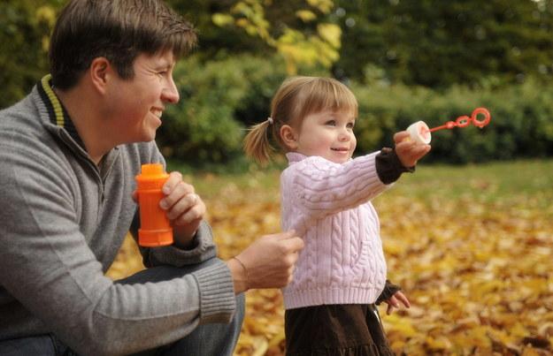 Chcesz, by twoja córka wyrosła na szczęśliwą kobietę? Od początku buduj z nią więź