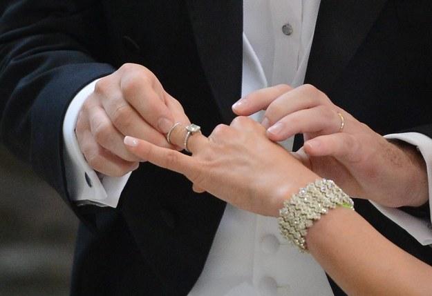 Przez pomyłkę urzędnika poślubił siostrę-bliźniaczkę narzeczonej