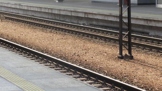 Świętokrzyskie: Osobówka wjechała pod pociąg. Nie żyje 53-letni kierowca