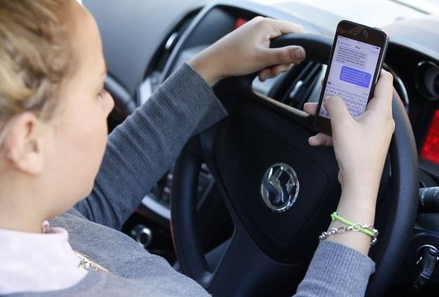 """Policyjna akcja """"Telefony"""". Prowadzisz auto? Odłóż komórkę!"""