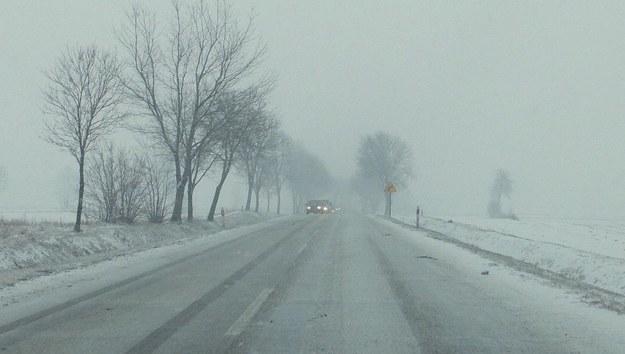 Drogi krajowe przejezdne. Lokalnie oblodzenie, śnieg i błoto