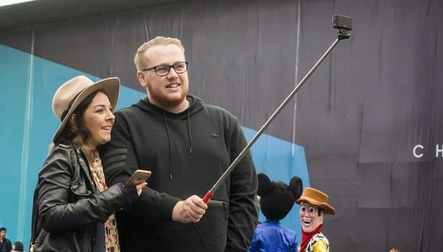 """Rzeczpospolita"": Senat chce się promować kijkami do selfie"