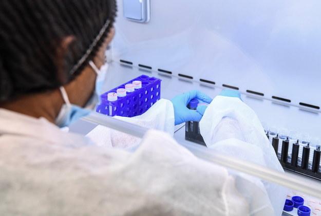 FBI ostrzega: Chińczycy mogą próbować wykraść dane z badań nad szczepionką