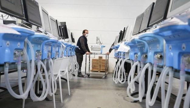 Resort zdrowia miał zamówić 1,2 tys. respiratorów. Kupi tylko 200