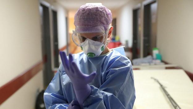 Oleśnica: Sprzedawczyni zmarła na koronawirusa. Sanepid szuka klientów sklepu