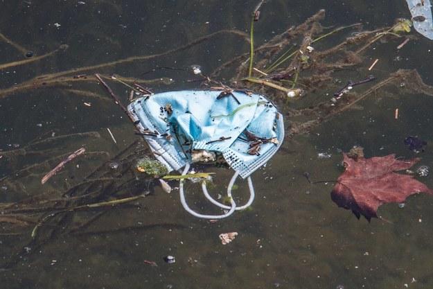Fala zużytych masek i rękawiczek zalewa Włochy. Władze alarmują