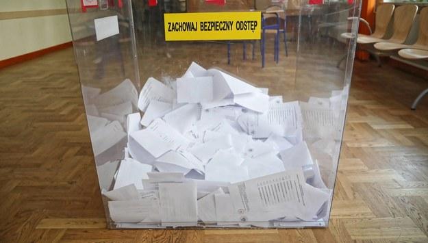 Członkini komisji wyborczej w gminie Jasieniec zakażona koronawirusem. Jej mąż i teść zasiadali w innych komisjach: są zdrowi