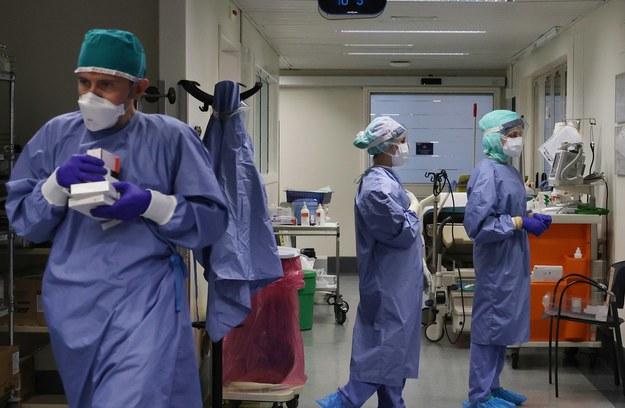 Koronawirus: Mniej zakażeń i zgonów w Polsce. Arabia Saudyjska zaszczepi wszystkich obywateli [RELACJA]