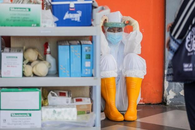 Londyn zaostrza przepisy pandemiczne. 28-latek wyzdrowiał z Covid-19 dzięki ECMO [RELACJA]