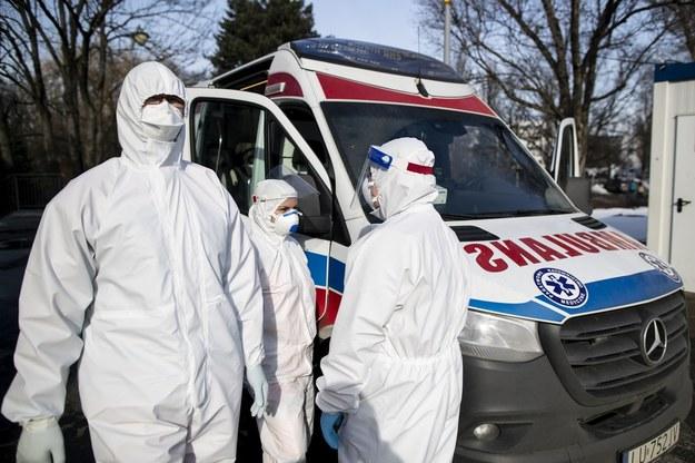 Niemal 21 tys. nowych zakażeń koronawirusem w Polsce. Ponad 3 tys. zajętych respiratorów