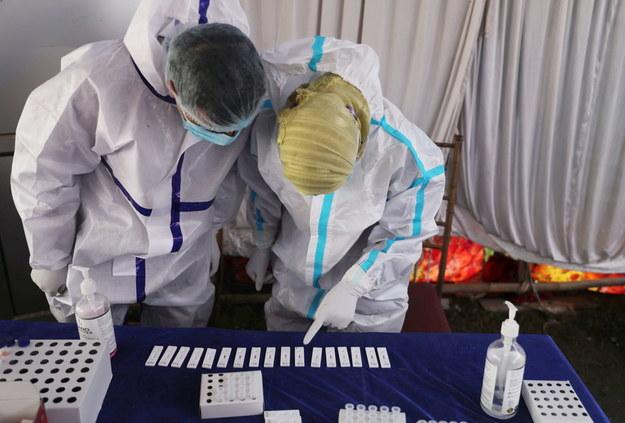 Niepokój na Wyspach. Nowy wariant koronawirusa z Indii