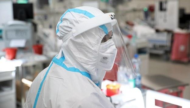 Ponad 6,4 tys. nowych zakażeń koronawirusem. Zmarły 423 osoby