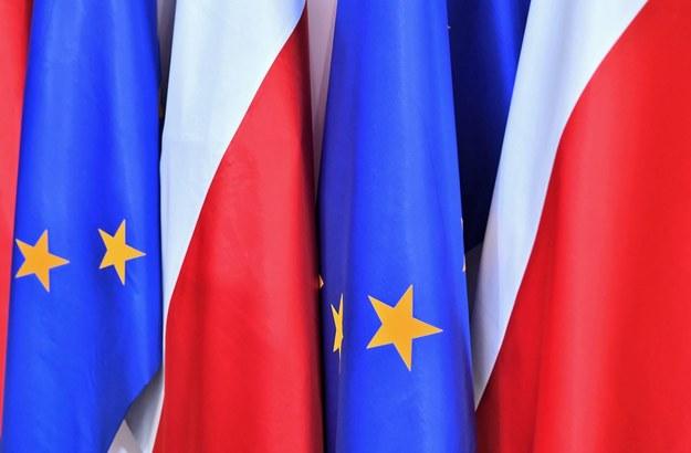 """Czy Polska powinna być dalej członkiem UE? Sondaż dla """"DGP"""" i RMF FM"""