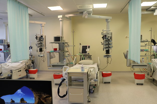 363 nowe przypadki zakażenia koronawirusem ostatniej doby, rośnie liczba zajętych łóżek w szpitalach