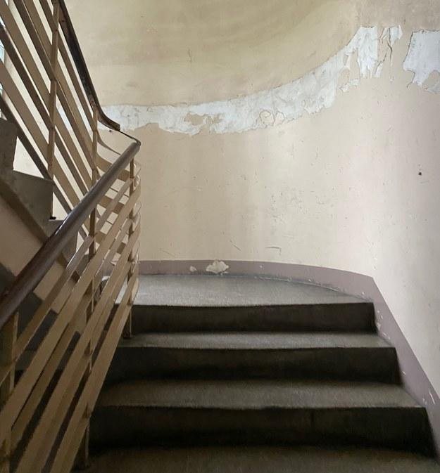 Znaleziono zwłoki na klatce schodowej. Zatrzymano podejrzanego