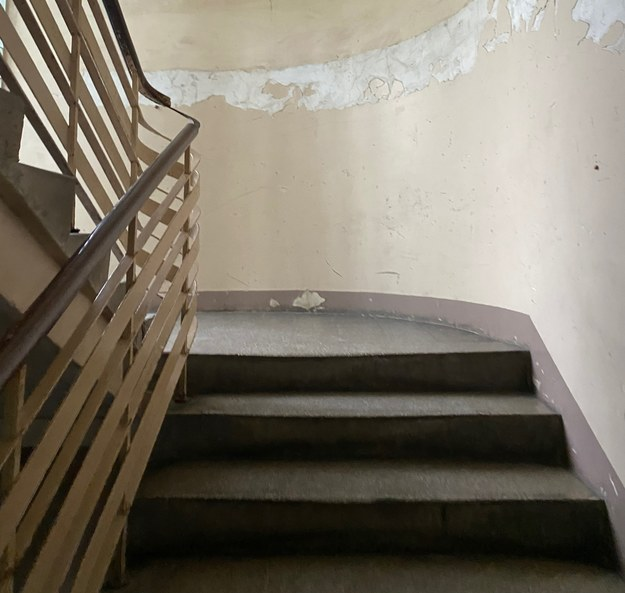 Zwłoki na klatce schodowej. Podejrzany usłyszy zarzuty