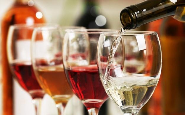 Polacy chętnie kupują wina owocowe. Rosną wydatki na takie alkohole