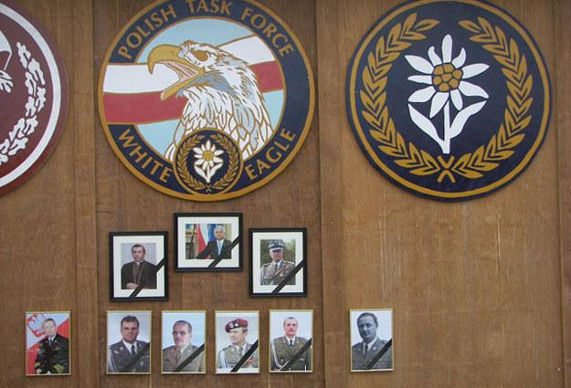 Zdjęcia dowódców sił zbrojnych na pamiątkowej ścianie w bazie Ghazni/fot. P. Michrowski /