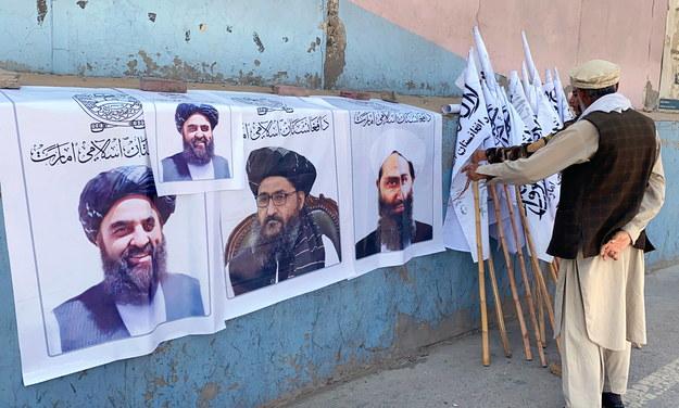 Zdjęcia najwyższego przywódcy talibów mułły Hajbatullaha Ahundzadeha na flagach sprzedawanych przez ulicznego sprzedawcę w stolicy Afganistanu, Kabulu (sierpień 2021) /STRINGER /PAP/EPA