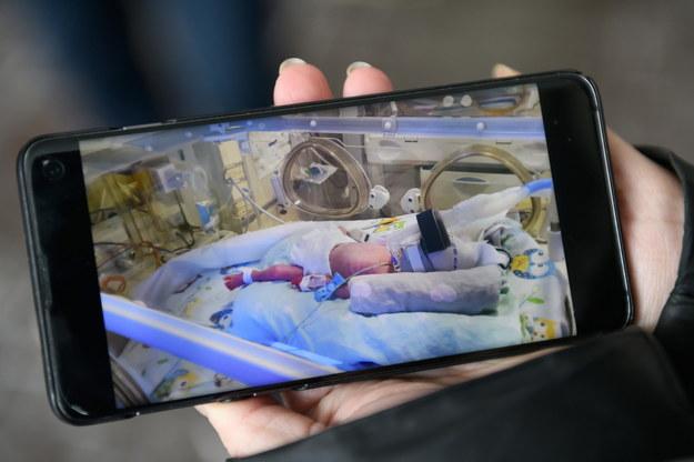 Zdjęcia pięcioraczków zaprezentowane zostały na ekranie telefonu podczas konferencji prasowej przed Ginekologiczno-Położniczym Szpitalem Klinicznym w Poznaniu /Jakub Kaczmarczyk /PAP