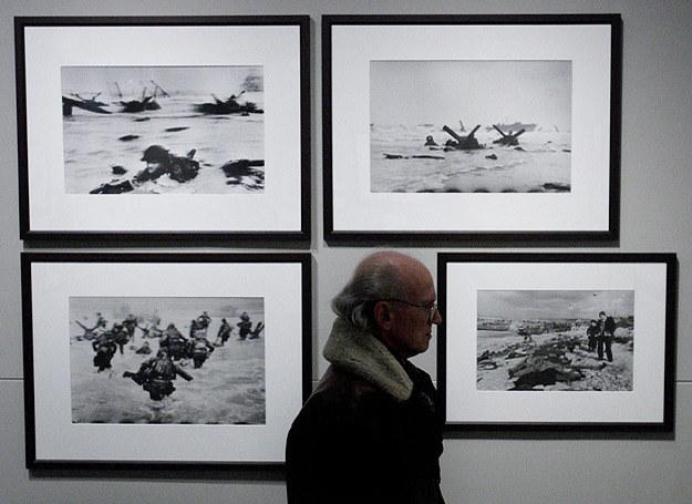 Zdjęcia Roberta Capy wykonane podczas D-Day wiszące w amsterdamskim muzeum /AFP