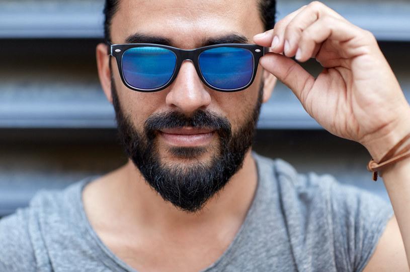 Zdjęcia w okularach przeciwsłonecznych może i są tajemnicze, ale mogą wzbudzać wątpliwości i zniechęcać potencjalne partnerki /123RF/PICSEL