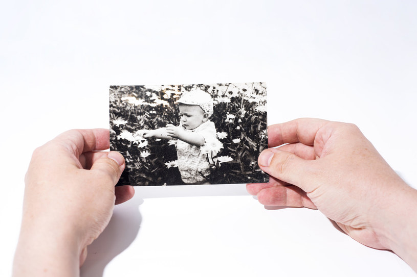 Zdjęcia z dzieciństwa to źródło wspomnień /123RF/PICSEL