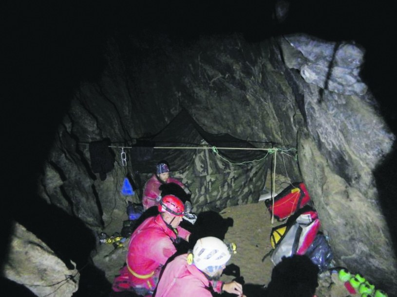Zdjęcia z wnętrza Jaskini Wielkiej Śnieżnej, w której poszukiwano dwóch zaginionych grotołazów /TOPR /East News