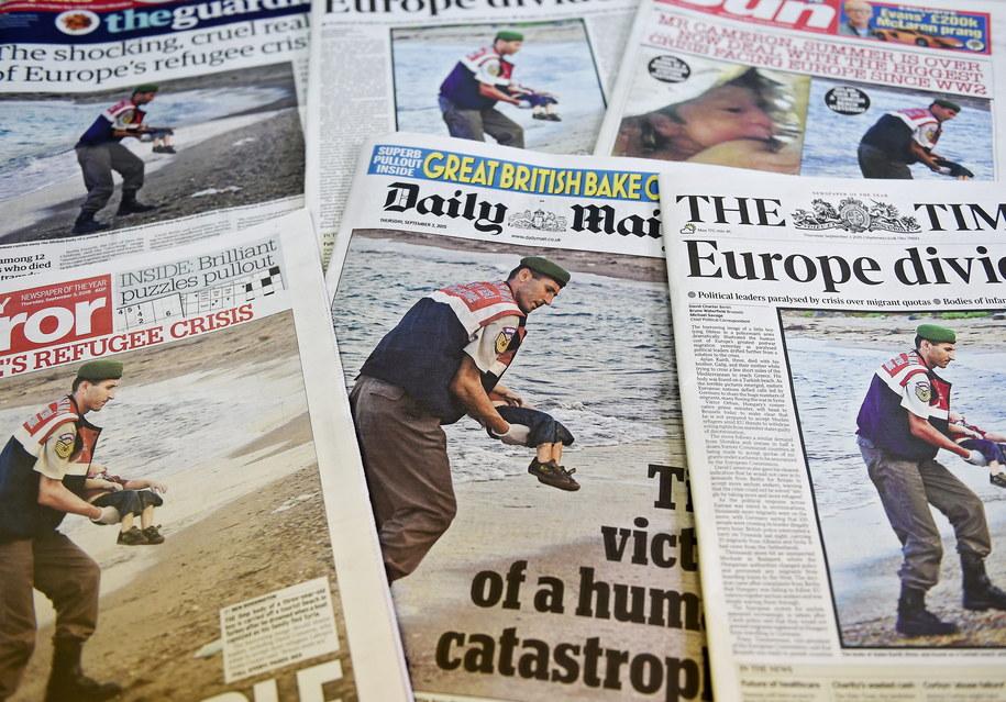 Zdjęcie 3-letniego Aylana na pierwszych stronach brytyjskich gazet /ANDY RAIN   /PAP/EPA