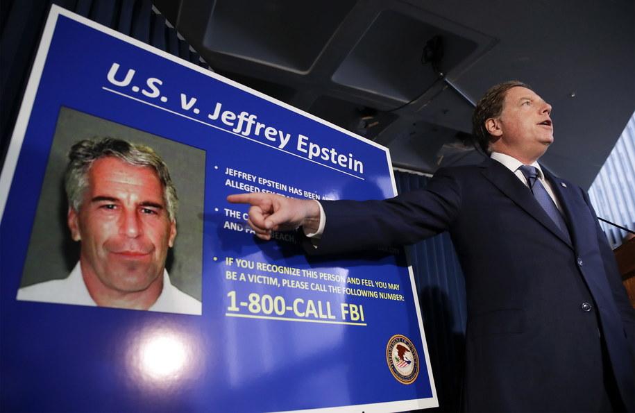 Zdjęcie archiwalne. Prokurator wskazuję na zdjęcie Epsteina podczas konferencji /JASON SZENES    /PAP/EPA