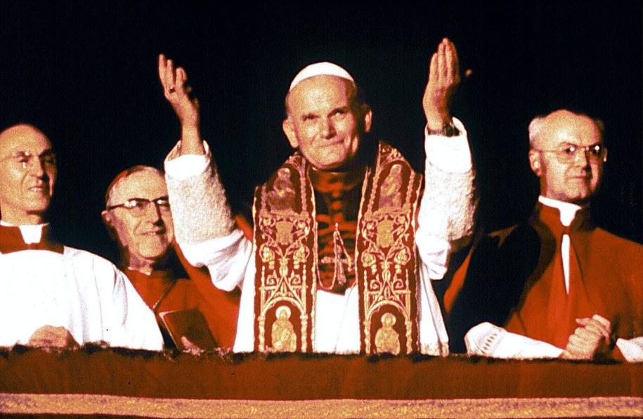Zdjęcie archiwalne z 16 października 1978 r. - tuż po wyborze na papieża, Jan Paweł II po raz pierwszy pozdrawia wiernych zgromadzonych na Placu Świętego Piotra w Watykanie / CAPODANNO /PAP/EPA