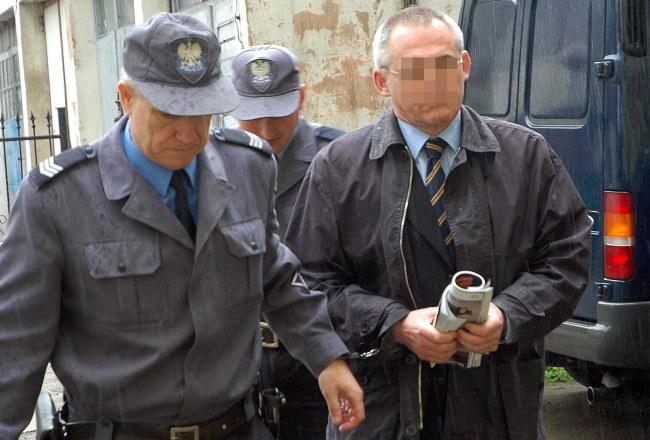 Zdjęcie archiwalne z 2004 roku. Aleksander G. doprowadzany do Sądu Rejonowego w Słubicach, gdzie trwał proces ws. wyłudzania przez niego podatku VAT /Jerzy Undro /PAP