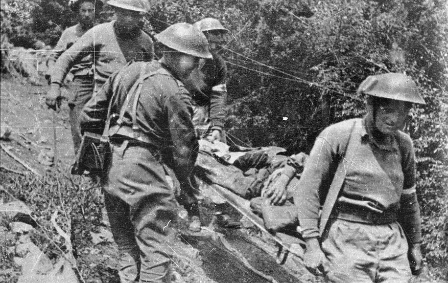Zdjęcie archiwalne z maja 1944 roku. Polscy żołnierze znoszą rannych z pola walki pod Monte Cassino /CAF /PAP