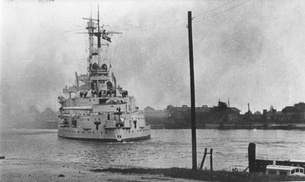 Zdjęcie archiwalne z września 1939 roku. Pancernik Schleswig-Holstein ostrzeliwuje Westerplatte /CAF /PAP