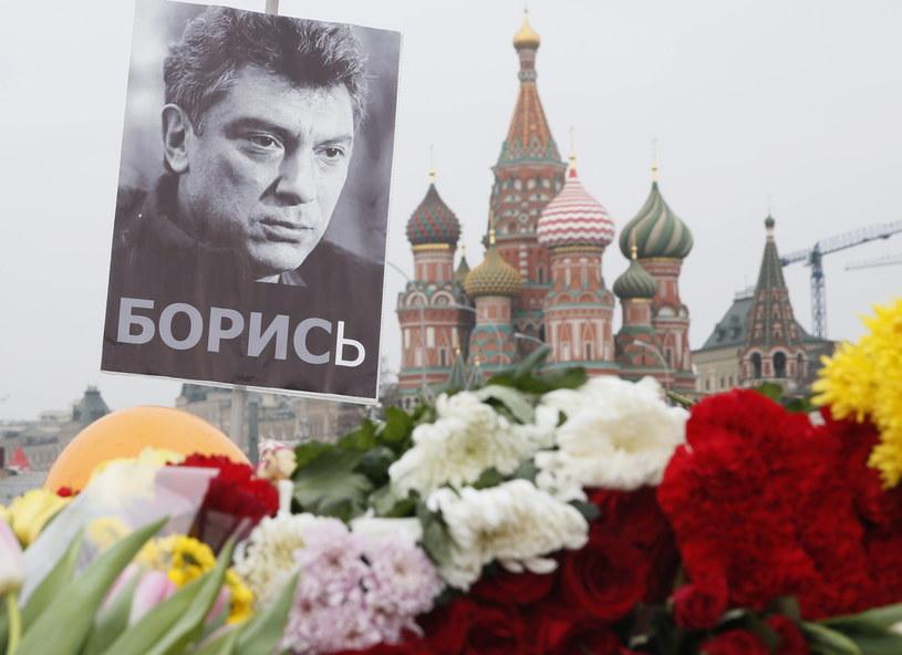 Zdjęcie Borysa Niemcowa i kwiaty na miejscu jego zabójstwa w Moskwie /PAP/EPA