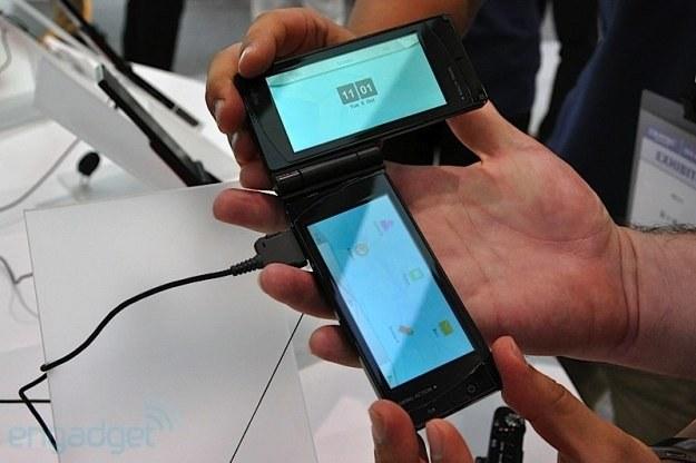Zdjęcie dwuekranowego telefonu Fujitsu zamieszczone w serwisie Engadget /Komórkomania.pl