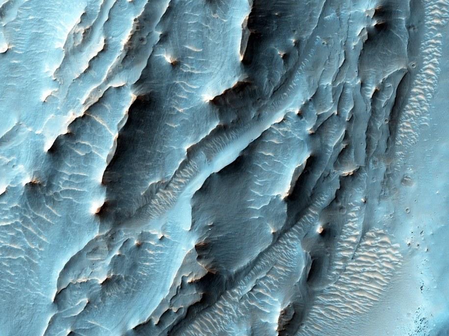 Zdjęcie form terenu na południu Krateru Gale, wykonane z pomocą kamery HiRISE (High Resolution Imaging Science Experiment). /NASA/JPL-Caltech/Univ. of Arizona /materiały prasowe