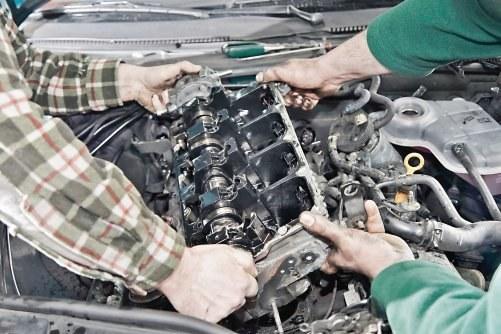 Zdjęcie głowicy z silnika wymaga odkręcenia wielu podzespołów, dlatego powinien to robić doświadczony mechanik. /Motor