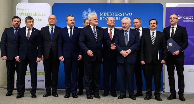 Zdjęcie grupowe po podpisaniu umów o dofinansowanie z funduszy unijnych dla pięciu nowych inwestycji /PAP
