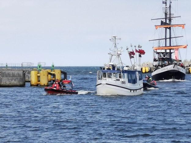 Zdjęcie holowanego do portu w Kołobrzegu duńskiego kutra /foto. MiastoKolobrzeg.pl /