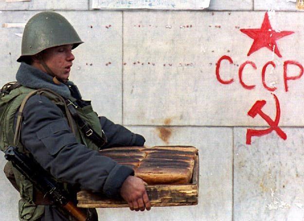 Zdjęcie ilustracyjne: Rosyjski żołnierz niesie chleb dla kolegów, Moskwa 6 października 1993 r. /AFP